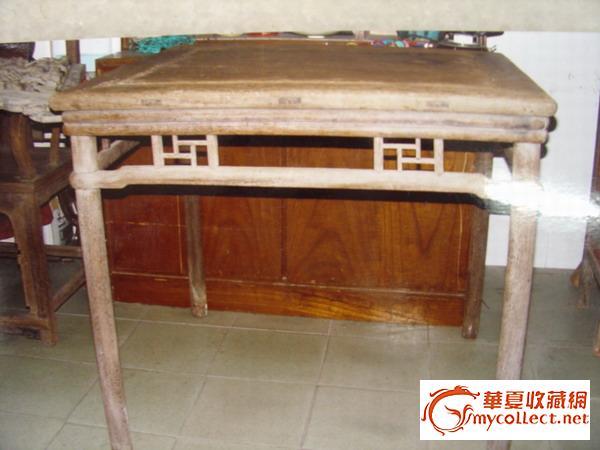 三图的可以,其它不看好.要认真看家具的腿脚是否有褪色和受潮水浸的痕迹。在南方潮湿地区,家具一般直接摆放在泥地,时间长?#21496;?#20250;出现这种情况。 再看家具的底板和抽屉板。比如老的桌子和闷户柜等,底板和抽屉板就有一股仿不像的旧气。也有涂哑光黑漆的,但绝对没有火气。再则看抽屉侧板,在侧面应该有倒角线以免伤手。