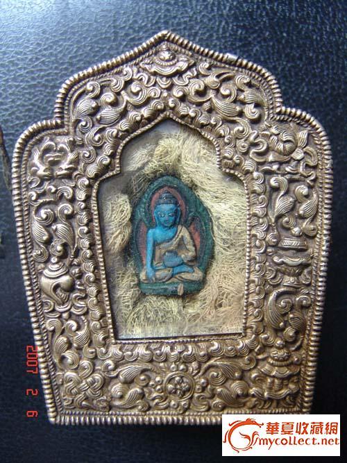 佛盒高12cm,外红铜雕刻花纹,内放置一尊泥佛,为彩色的,彩料为植物提取