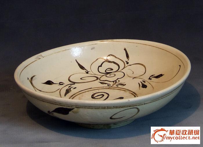 与磁州窑不同的是,耀州窑花纹减弱了绘画性而更具有图案性.