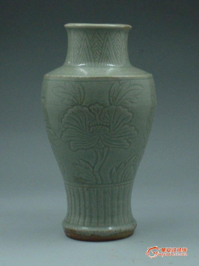 豆青釉暗刻牡丹花纹瓶