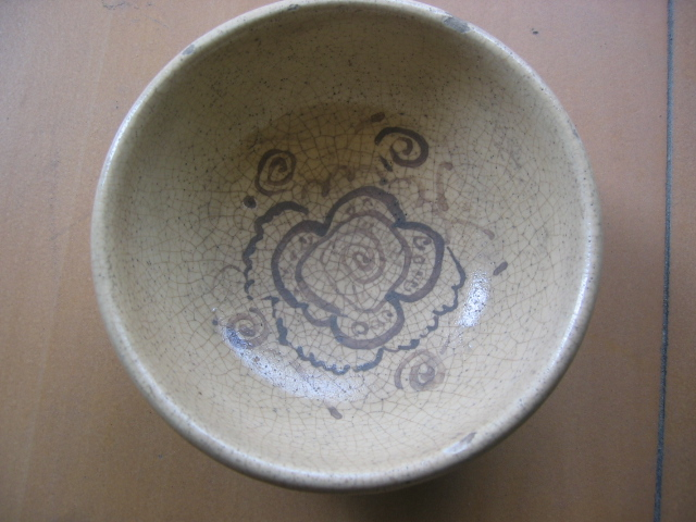 手绘花纹古碗