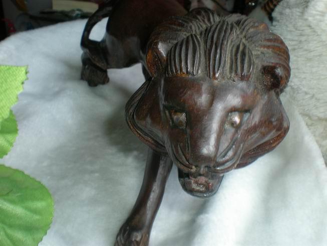 醒了的雄狮--红木雕摆件