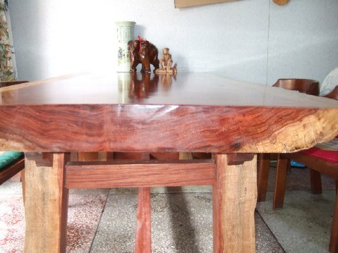 一张木头的大桌子 色泽以及桌面的木纹都非常漂亮  长:2米;宽:1米