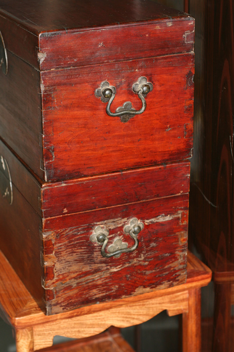 锁住的小箱子_蝠纹锁樟木小箱子