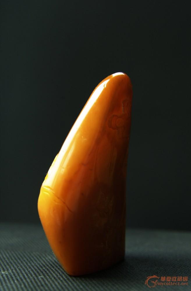 石头黄色微红,半透明,有裂纹,裂纹处有愈合现象;有红筋,较短;颜色有