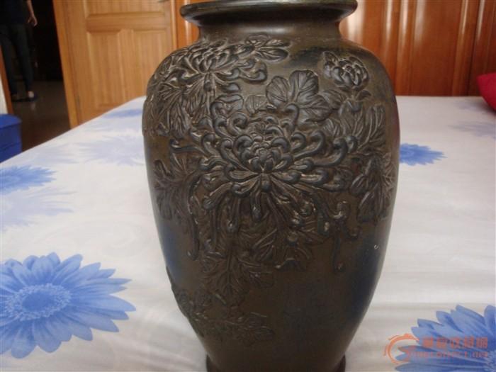 一对黑陶凤凰牡丹花纹瓶,请广大藏友看看年代