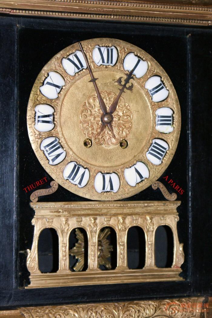 THURET品牌是18世纪中期法国著名的钟制作商,也是在法国最早使用钟摆制作人,他与同时期发明镶嵌工艺的布勒先生经常合作生产精美的镶嵌座钟,为法国皇家**。这款钟气势庞大,贵族风格,端庄大气,典型的宫廷式装饰风格。三面玻璃,太阳型钟摆,8日机芯,半点正点报时。高50厘米,宽35厘米,厚16厘米。请焦老师作进一步讲解,也请大家一起来欣赏!