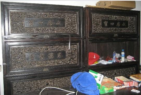 一只清代红木书柜,雕刻相当精细漂亮龙
