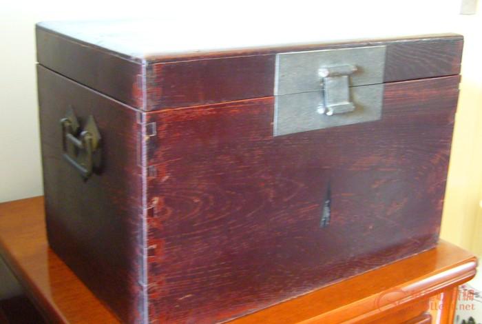 有典型特征的榉木木箱