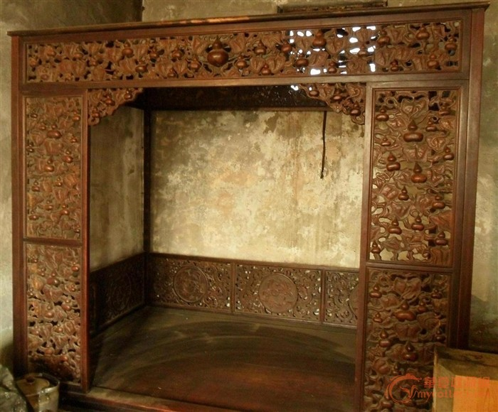 旧式木床,雕刻精细,看不懂,请版主帮助看看什么材质?何年代?