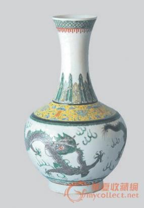 清·乾隆年款粉彩海水刻花龙纹赏瓶