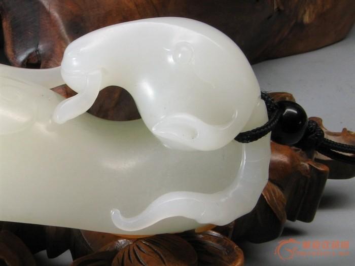 卢开飞是上海玉雕名家,以阴刻花卉,圆雕动物,人物及手把件见长.