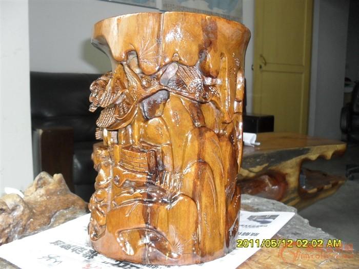 刚收第一件,木雕笔筒.檀木,但不知是什么材料.