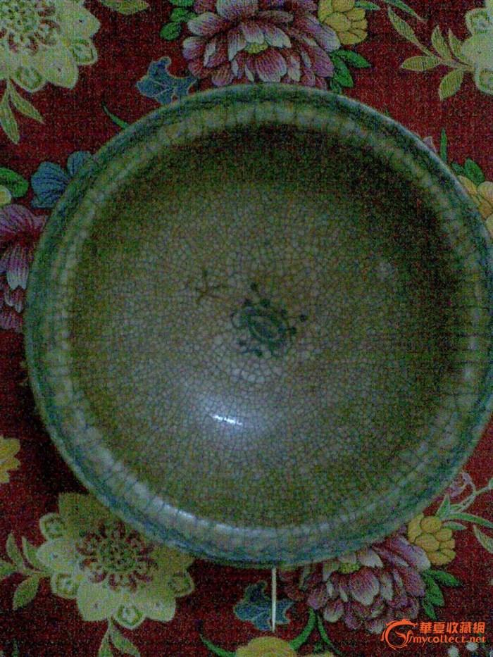 碗边上有蓝青色花纹,碗底也有青色花纹,整个碗都有裂纹样.