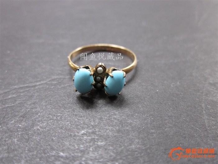一个小巧的浅蓝色石头和小珍珠戒指.