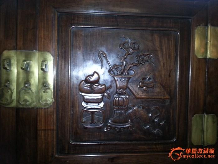一个红木柜子和紫檀木的架子,品相完美