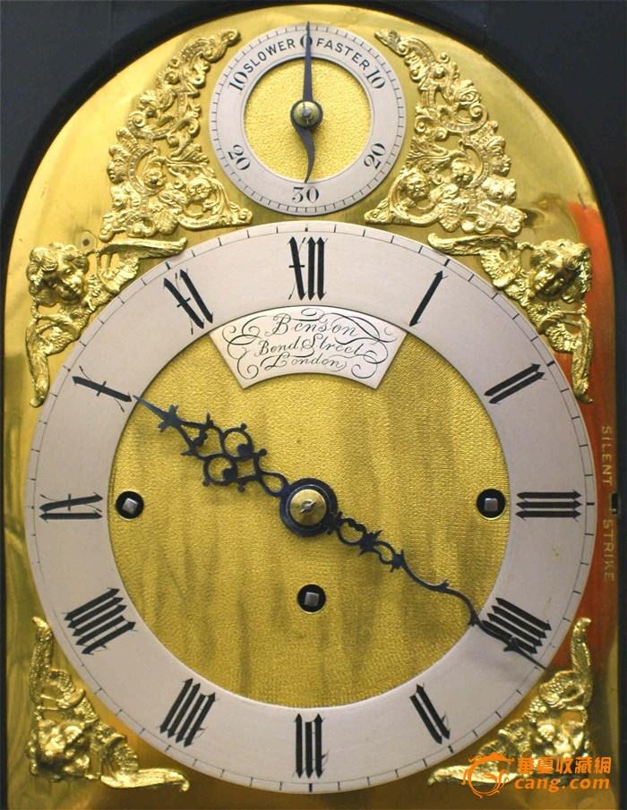 一款保存完好的英国世纪世纪末期,由英国著名的 J W BENSON 家族制作并出品的八铃一簧三链塔轮音乐钟,品相太完美了,而且造型古典端庄,黑金搭配的格外协调,可以这样说,这款钟是我见到品相最好的英国八铃一簧音乐木钟。厚实墩重的铜鎏金机芯,上面签有Benson, Bond Street, London,同样在钟面12点下方也有制作人Benson, Bond Street, London的签名。在3点的外侧有止音键,12点的上方是快慢调节指针。每刻钟8铃报时,正点钢圈报点数。整个钟来说,走时准确,品相无可挑