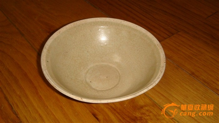 莲花纹碗,口沿及底足无釉,碗背面有五瓣荷叶纹,通体开细冰裂纹,似