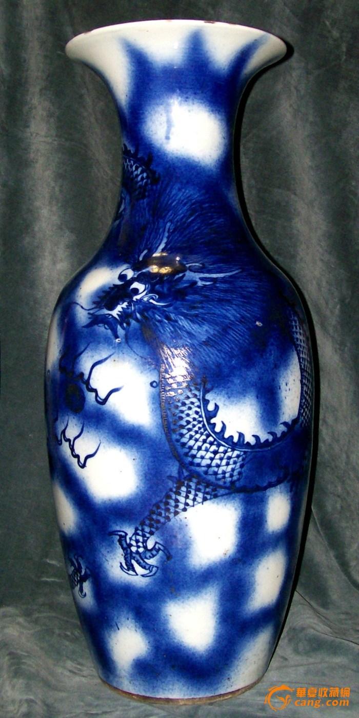 蓝色花纹龙瓶
