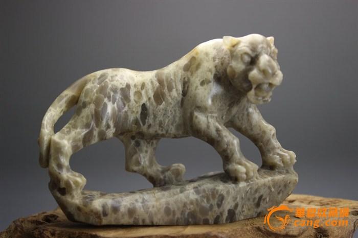 雕工简单,但是抓住了豹子的骨架,挺拔猛烈的感觉没有失去.