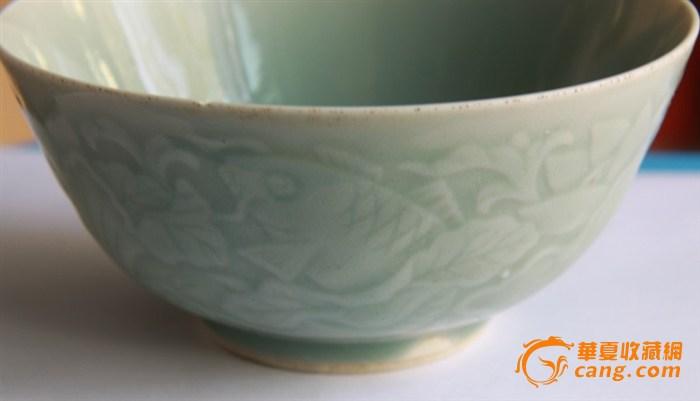 青瓷暗鱼形花纹碗