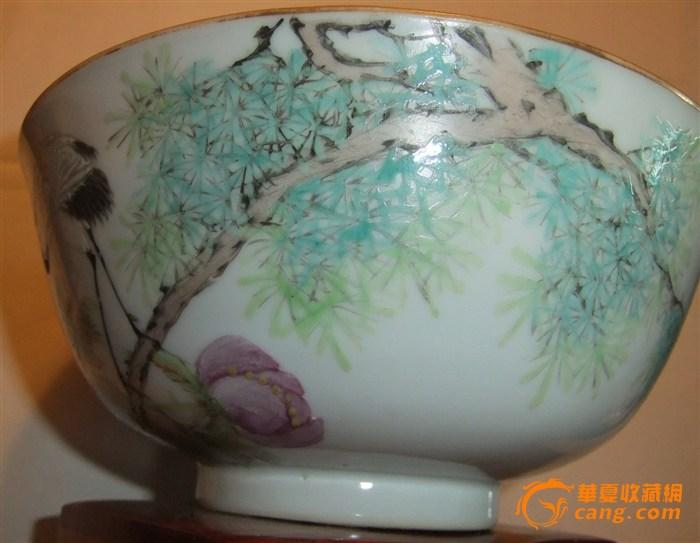 碗口涂金,有一冲,内壁无画,外壁绘牡丹仙鹤松树,并题有祝寿句.