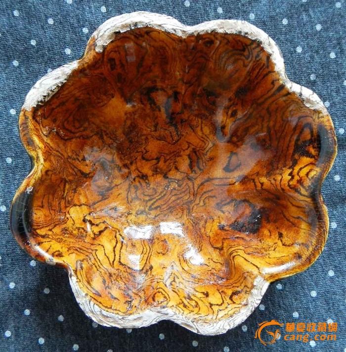 小碗口沿八个花瓣,其中5个半脱釉