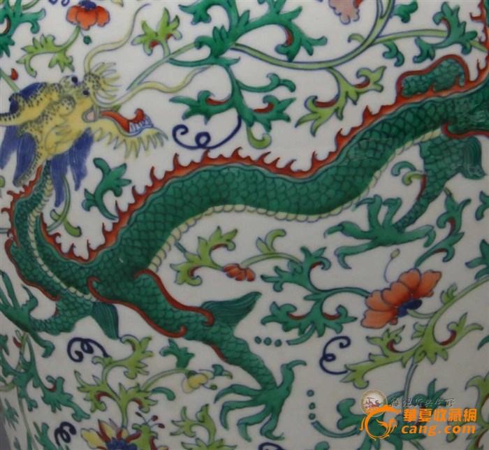如意头纹,壁绘斗彩龙凤穿花纹主题纹饰,近足处绘斗彩变形莲瓣纹一周