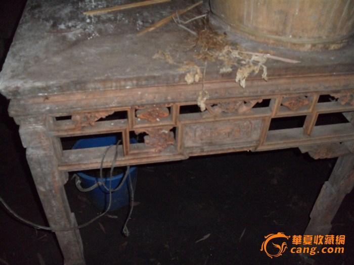 室外老木头桌子素材