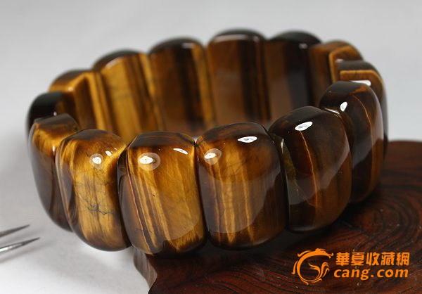 转载~~虎眼石(Tigerite或Tigers eye),或称虎睛石,是一种具有猫眼效果的宝石,多呈黄棕色,宝石内带有仿丝质的光纹。虎眼石是石英的其中一个品种,这种宝石可以利用青石棉纤维硅制作进行假晶替代。硅化的未完成过程所产生的蓝色变异种,则称为「鹰眼石」。虎眼石经常以凸圆形宝石切割法处理,这种处理方法最能突出虎眼石本身的猫眼光。虎眼石经过微热加工可以变成红色。漂亮的蜜糖色虎眼石有机会可以冒充另一种价值更高的猫眼石「金绿石(chrysoberyl)」,不过效果通常不能使人满意。以人造纤维玻璃所制作的