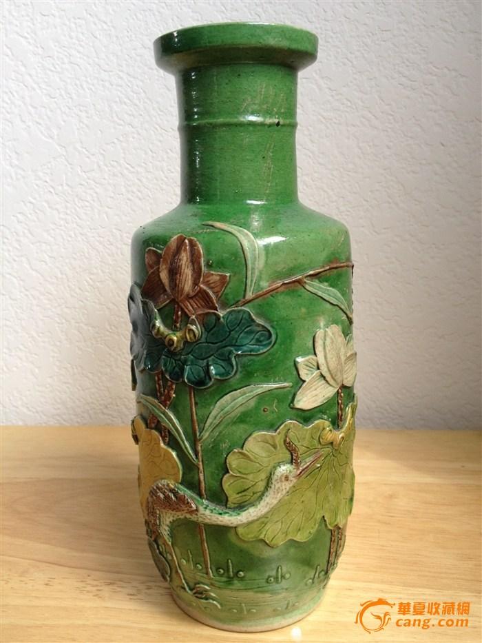 晚清绿釉素三彩一鹭莲升雕瓷盘口瓶。
