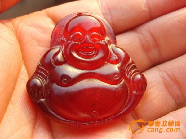 红玉髓 一、概括红玉髓(Chalcedony),也称麦加石,产自西藏高原。红玉髓是橙色至红色的半透明玉髓,质地细腻,晶莹剔透,色泽纯正浓厚,硬度较大,轻轻敲击其声清脆悠扬,是一种价格较低的宝石。 红玉髓为陨石撞击矿区时高温高压产生的,其中的红色是铁氧化物杂质所致,是红宝石的姐妹石,非常稀有,品质以半透明为佳,通透嫣红,色如霞凝,柔润美丽。玛瑙和玉髓均为隐晶质石英,矿物学中统称为玉髓。宝石界将其中具纹带构造隐晶质块体石英称玛瑙,如果块体无纹带构造则称玉髓,这是区别玛瑙和玉髓的一个关键。玉髓制品都比较光亮、隐