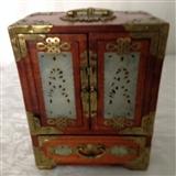 装手饰的小木箱一个。